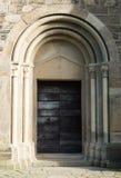 Vecchia porta della chiesa su una mattina soleggiata Fotografie Stock Libere da Diritti
