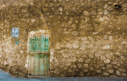 Vecchia porta dentro la parete antica Immagini Stock
