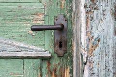 Vecchia porta di entrata di legno con la maniglia di porta antica Fotografia Stock Libera da Diritti