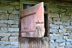 Vecchia porta di granaio aperta immagine stock libera da diritti