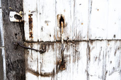 Vecchia porta di granaio con il fermo Immagini Stock Libere da Diritti