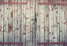 Vecchia porta di granaio di legno del fondo Fotografie Stock Libere da Diritti