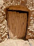 Vecchia porta di legno alla casa con mattoni a vista del fango nel Sudan immagine stock libera da diritti
