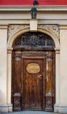 Vecchia porta di legno antica chiusa Immagini Stock Libere da Diritti