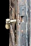 Vecchia porta di legno che sembra antica fotografia stock
