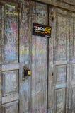 Vecchia porta di legno in Chiang Khan, Tailandia Immagine Stock