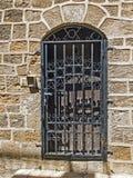 Vecchia porta di legno chiusa da una grata del metallo Fotografia Stock