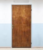 Vecchia porta di legno chiusa dell'ufficio, struttura del fondo immagini stock