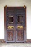 Vecchia porta di legno cinese Immagini Stock