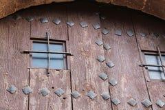 Vecchia porta di legno con i dettagli del ferro battuto immagini stock