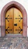 Vecchia porta di legno con i ornements fotografia stock libera da diritti