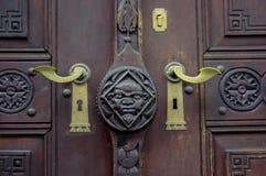 Vecchia porta di legno con il battitore del metallo Fotografia Stock Libera da Diritti
