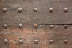 Vecchia porta di legno con il fondo di struttura dei chiodi fotografie stock libere da diritti
