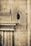 Vecchia porta di legno con il foro chiave Fotografia Stock Libera da Diritti