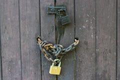 Vecchia porta di legno con la chiave a catena Fotografia Stock Libera da Diritti