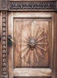 Vecchia porta di legno con la maniglia del ferro immagini stock libere da diritti