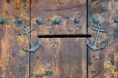 Vecchia porta di legno con la scanalatura di posta Immagini Stock Libere da Diritti