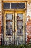 Vecchia porta di legno con le finestre rotte Fotografia Stock Libera da Diritti