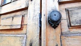 Vecchia porta di legno con manopola di ferro rotonda, chiusa archivi video
