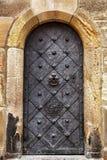 Vecchia porta di legno con naturale invecchiata immagini stock
