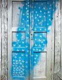 Vecchia porta di legno con un modello immagine stock libera da diritti