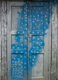 Vecchia porta di legno con un modello immagini stock libere da diritti