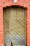 vecchia porta di legno con una lanterna sopra  fotografia stock