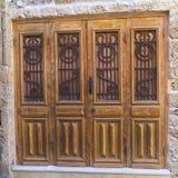 Vecchia porta di legno decorata da metallo e dai motivi di legno. Immagine Stock