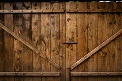 Vecchia porta di legno di struttura con il bullone Immagini Stock