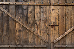 Vecchia porta di legno di struttura con il bullone Fotografia Stock Libera da Diritti