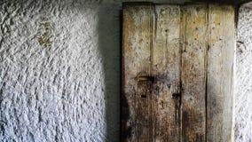 Vecchia porta di legno e parete bianca dell'arenaria immagini stock libere da diritti