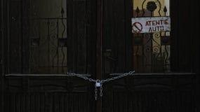 Vecchia porta di legno incatenata Fotografie Stock Libere da Diritti
