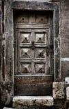 Vecchia porta di legno medievale in monumento storico Immagine Stock