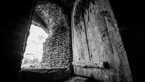 Vecchia porta di legno nella navata laterale di pietra Fotografia Stock