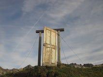 Vecchia porta di legno nelle montagne, Oberstdorf, Allgau, Germania Fotografie Stock Libere da Diritti