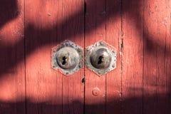 Vecchia porta di legno rossa con le ombre modellate, Pechino, Cina Fotografia Stock Libera da Diritti