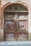 Vecchia porta di legno scolpita decorativa Fotografie Stock Libere da Diritti