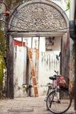 Vecchia porta di legno scolpita in vicolo immagini stock libere da diritti