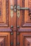 Vecchia porta di legno sul museo di Peles, Sinaia Romania fotografia stock