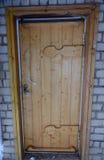 Vecchia porta di legno in un muro di mattoni Fotografie Stock Libere da Diritti