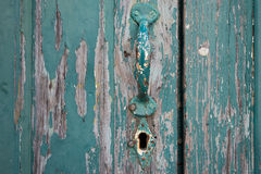 Vecchia porta dipinta con la maniglia ed il buco della serratura Fotografia Stock