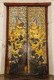 Vecchia porta dorata di Laithai Immagini Stock