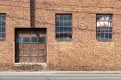 Vecchia porta e Windows del magazzino del mattone immagine stock libera da diritti