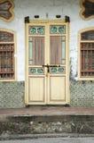Vecchia porta gialla di eredità, Penang, Malesia immagine stock