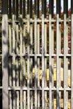 Vecchia porta giapponese della grata Immagine Stock