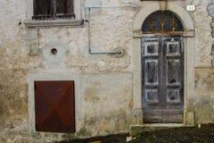 Vecchia porta grigia fotografie stock libere da diritti