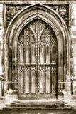 Vecchia porta incurvata nel tono di seppia Fotografia Stock
