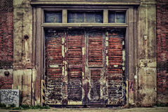Vecchia porta industriale di legno e del ferro una fabbrica a macchina Fotografia Stock