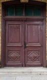 Vecchia porta marrone del negozio della chiesa immagine stock libera da diritti