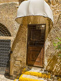 Vecchia porta metallica con un baldacchino Immagini Stock